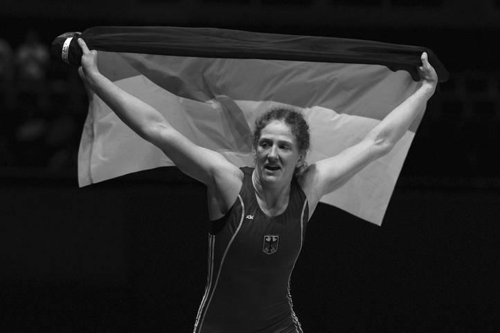 YVONNE ENGLICH: Am 7. Januar erliegt die erst 38 Jahre alte Ringerin einem Krebsleiden. Sie hinterlässt Ehemann Mirko, Peking-Olympia-Zweiter im Ringen, und zwei Kinder. Englich feiert ihren größten Erfolg bei der Heim-EM 2011, als sie Bronze holt