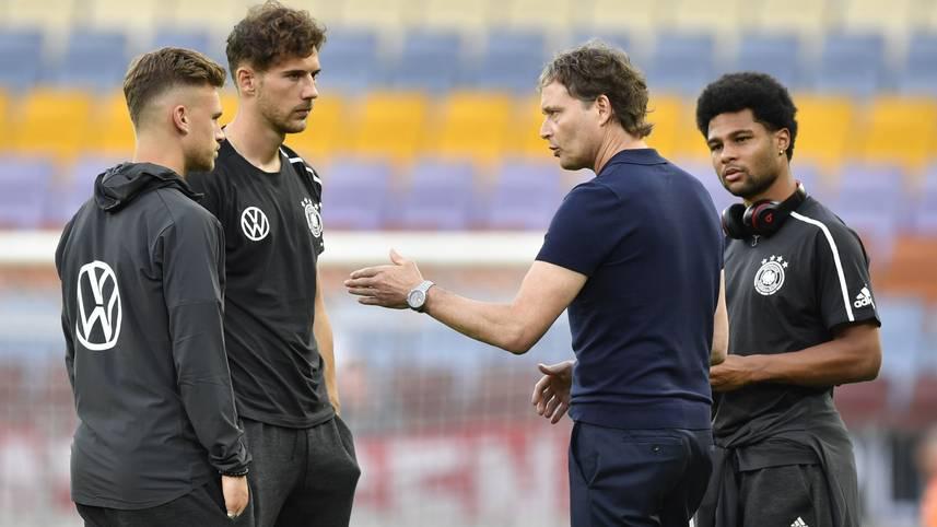 """Die Nationalmannschaft wächst nach dem Umbruch neu zusammen. Für Serge Gnabry fühlt es sich aktuell """"ein bisschen an, als wären wir eine U21 hier"""", sagte der 23-Jährige am Montag auf der Pressekoferenz des DFB"""