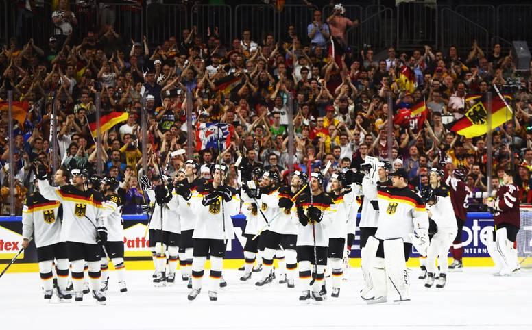 Riesenjubel! Die deutsche Eishockey-Nationalmannschaft ist bei der Heim-WM (LIVE im TV auf SPORT1) nach einem Penalty-Krimi gegen Lettland ins Viertelfinale eingezogen und darf weiter vom Titel träumen