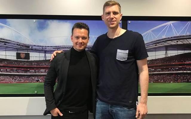 SPORT1-Chefreporter Florian Plettenberg (l.) traf Per Mertesacker auf dem Gelände der Jugend-Akademie im Norden Londons