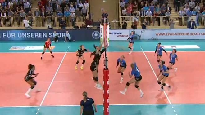 Die Spielerinnen des SC Potsdam (in schwarz) setzten sich gegen den VC Wiesbaden durch