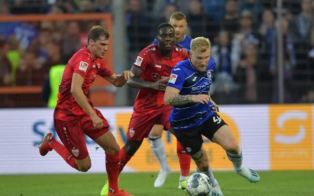 Die Partie von Arminia Bielefeld (mit Andreas Voglsammer, r.) beim VfB Stuttgart wird mit Zuschauern stattfinden
