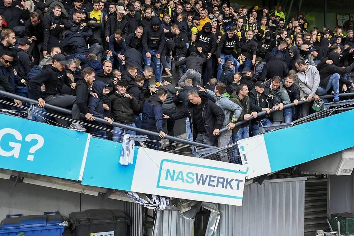 Im Eredivisie-Spiel zwischen Nijmegen und Arnheim sorgt der Jubel der Gästefans für das Einstürzen eines unteren Tribünenteils. Verletzt wird aber offenbar niemand.