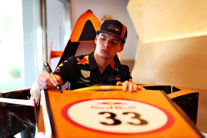 """Max Verstappen hat sich bei Red Bull zu einem Siegfahrer entwickelt, sein Vertrag läuft noch bis Ende 2020. Was danach passiert, lässt der Niederländer auf sich zukommen. """"Ich bin nicht allzu besorgt. Ich will mir jetzt erstmal alles genau anschauen, was versprochen wurde, und was tatsächlich ankommt"""", sagte er bei """"Auto Motor und Sport"""""""