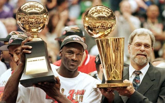 Phil Jackson (r.) gewann mit den Chicago Bulls um Michael Jordan sechs Mal die NBA-Meisterschaft