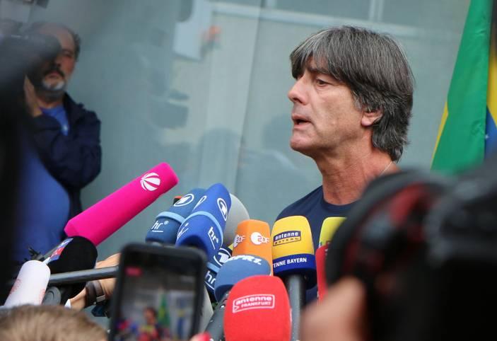 Bleibt Joachim Löw Bundestrainer oder hört er nach zwölf Jahren auf? Der DFB will ihn auf jeden Fall halten, der 58-Jährige hat sich Bedenkzeit erbeten. Fakt ist: Löw entscheidet selbst über seine Zukunft