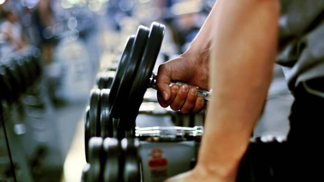 Mit zunehmendem Alter setzt bei vielen Menschen der Verschleiß in Gelenken ein. Moderates Fitnesstraining schont die Knorpel