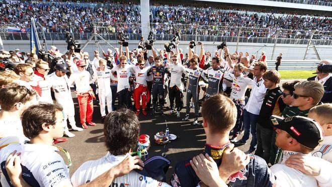 Bereits kurz nach dem Unfall von Jules Bianchi versammelten sich seine Fahrerkollegen, um ihm Kraft zu schicken