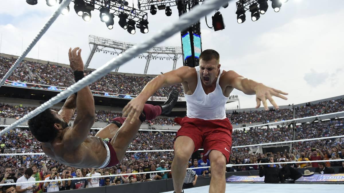 Rob Gronkowski (r., gegen Jinder Mahal) mischte sich bei WWE WrestleMania 33 ein