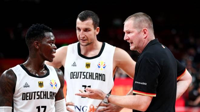 Bundestrainer Henrik Rödl im Gespräch mit Dennis Schröder und Paul Zipser