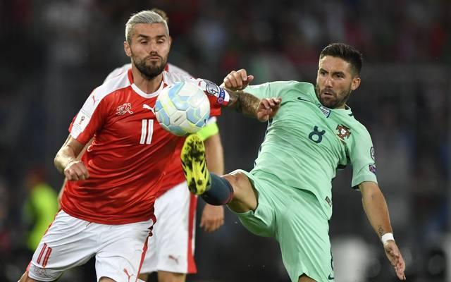 Portugal (r.:Joao Moutinho) muss gegen die Schweiz (l.:Valon Behrami) gewinnen um noch Gruppenerster zu werden