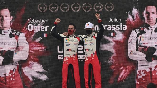 Sebastian Ogier (l.) und sein Co-Pilot feiern ihren WM-Titel