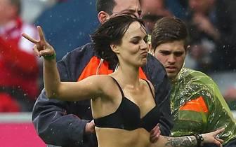 Schon in der Saison 2012/2013 wird in einer Partie des FC Bayern geflitzt: Gegen Freiburg lässt diese junge Frau die Ordner alt aussehen