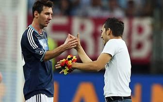 Im Freundschaftsspiel zwischen Deutschland und Argentinien 2012 in Frankfurt holt sich dieser Fan einen Handshake mit Superstar Lionel Messi ab