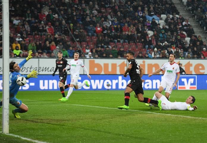Es ist passiert: Karim Bellarabi von Bayer Leverkusen erzielt gegen den FC Augsburg das 50.000 Bundesliga-Tor.