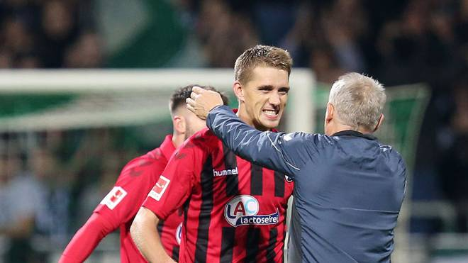 BREMEN, GERMANY - NOVEMBER 02: Nils Petersen of Sport-Club Freiburg celebrates with Christian Streich, Head Coach of Sport-Club Freiburg   during the Bundesliga match between SV Werder Bremen and Sport-Club Freiburg at Wohninvest Weserstadion on November 02, 2019 in Bremen, Germany. (Photo by Cathrin Mueller/Bongarts/Getty Images)