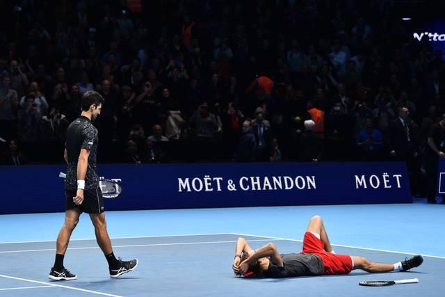 Alexander Zverev sank nach seinem Sieg über Novak Djokovic überwältigt zu Boden