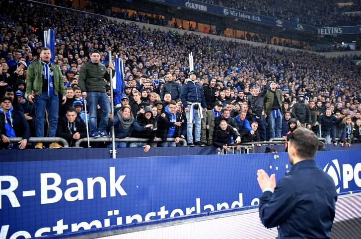 Schon nach der peinlichen 0:4-Pleite gegen Fortuna Düsseldorf schien es so als habe sich Domenico Tedesco von den Schalker Fans verabschiedet. Der Coach saß aber noch zwei weitere Spiele (2:4 in Bremen, 0:7 bei ManCity) auf der Bank, ehe Schalke die Reißleine zog