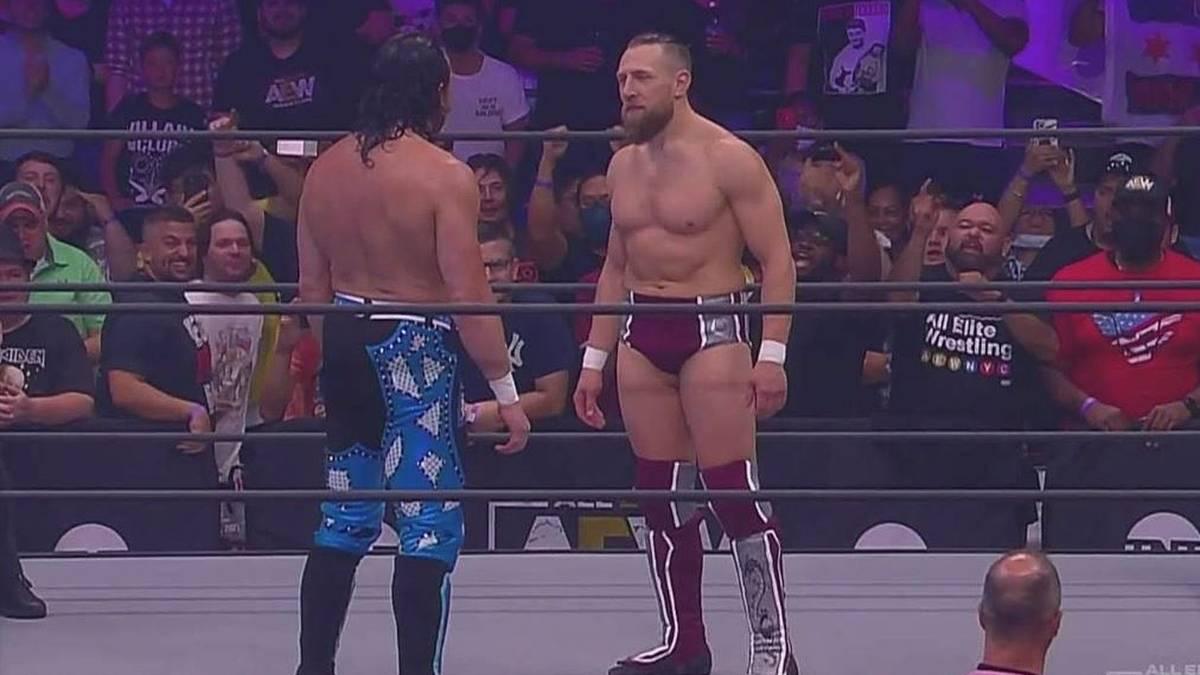 Kenny Omega (l.) und Bryan Danielson (r.) stehen sich bei AEW Dynamite Grand Slam gegenüber
