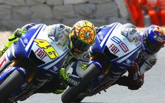 """Noch heute schwärmt Rossi vom Kampf mit Teamkollege Jorge Lorenzo in Barcelona 2009: """"Die letzten zwei Runden waren fantastisch. Jorge hat mich auf der Start-Ziel-Geraden überholt, aber ich konnte in Kurve eins auf der Außenbahn wieder zurück schlagen. Me"""