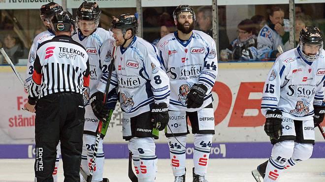 Die Spieler der Straubing Tigers waren in Iserlohn nicht mit manchen Schiedsrichter-Entscheidungen einverstanden