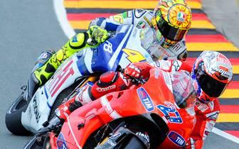 Erneut auf dem Sachsenring entwickelt sich im nächsten Jahr ein turbulentes Rennen. Nach dem Start können sich Lorenzo und Pedrosa absetzen. Doch das Rennen muss nach zehn Runden unterbrochen werden: Randy De Puniet crasht und bricht sich dabei das linke