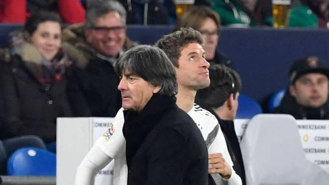 Joachim Löw (l.) sorgte im März 2019 mit der Ausbootung von Thomas Müller für Aufsehen