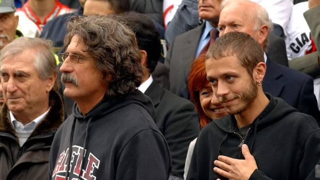 Valentino Rossi (r.) und Simoncellis Eltern Paolo und Rossella (hinter Rossi) bei der Beerdigung