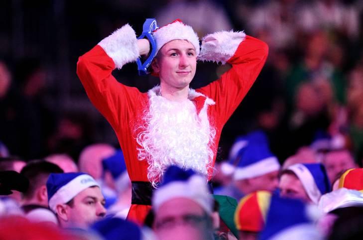 Nach den Weihnachtsfeiertagen beginnt bei der Darts-WM traditionell die heiße Phase. Am Freitag gehen im Alexandra Palace zunächst die letzten Partien der dritten Runde über die Bühne, ehe am Abend die ersten Achtelfinal-Begegnungen anstehen