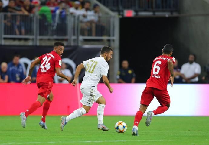 """Nanu? Eden Hazard lief beim Testspiel von Real Madrid gegen den FC Bayern mit der Nummer 50 auf dem Trikot auf - dafür aber ohne Namen. Auf diese verzichten die """"Königlichen"""" in der Vorbereitung noch"""