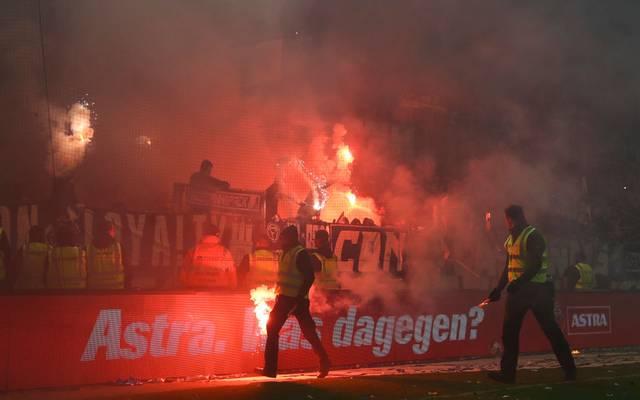 Beim Derby zündeten Anhänger des HSV und des FC St. Pauli Pyrotechnik