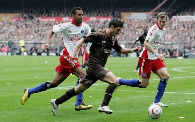 Fin Bartels (M., gegen Eric Maxim Choupo-Moting und Marcell Jansen) bestritt 2010/11 zwei Derbys für St. Pauli