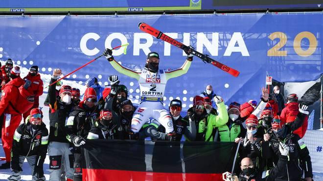 Andreas Sander wird nach seinem Silber-Coup in der Abfahrt vom deutschen Team gefeiert