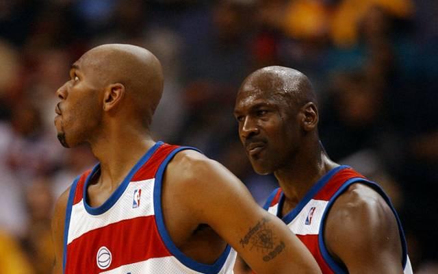 Jerry Stackhouse (l.) tritt nach 17 Jahren einigermaßen peinlich gegen Michael Jordan nach