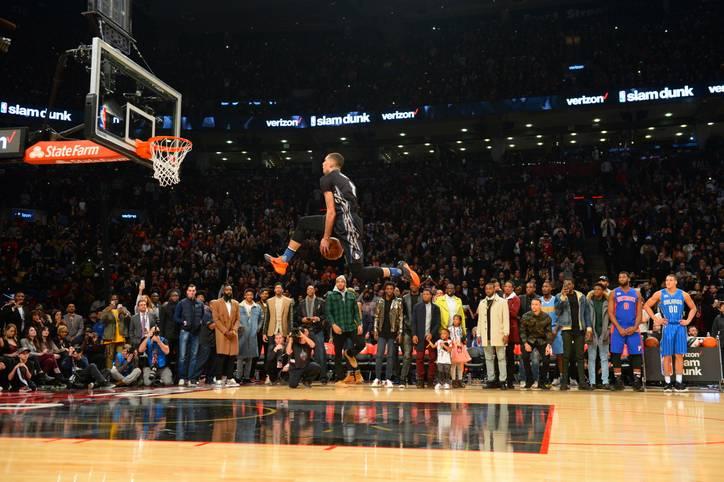 Für viele Fans ist er das Highlight des All-Star Weekends: Der Slam Dunk Contest steht seit Jahrzehnten für spektakuläre Flugeinlagen. Die Siegerliste ist das Who is Who der NBA-Legenden. Diesmal liefern sich Titelverteidiger Zach Lavine und Aaron Gordon einen epischen Zweikampf. SPORT1 hat die besten Bilder