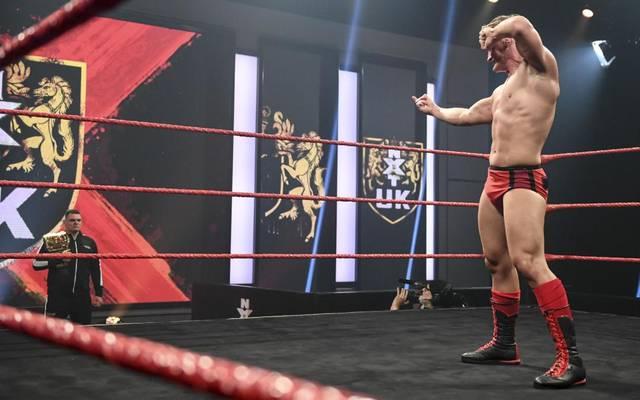 Ilja Dragunov (r.) scheint bei WWE vor einem Match gegen WALTER zu stehen