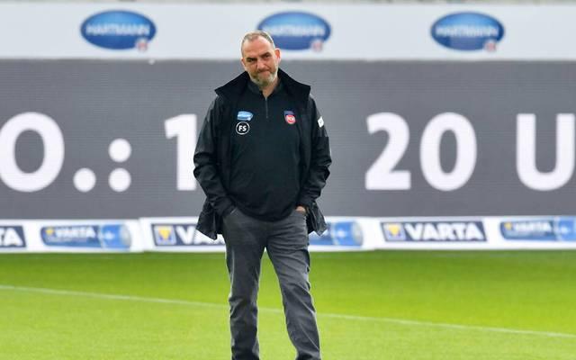 Trainer Frank Schmidt kann die jüngste Entwicklung in Heidenheim auch nicht gefallen