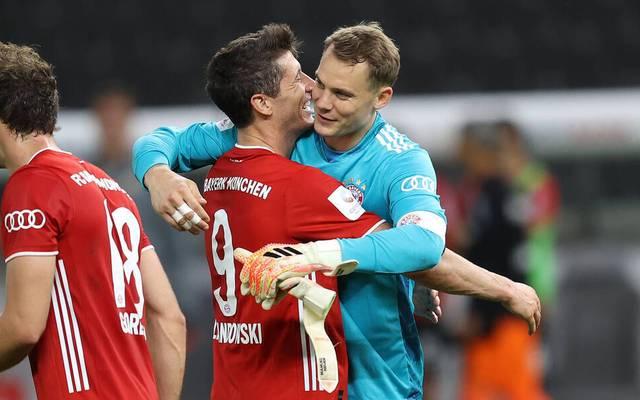 Robert Lewandowski (M.) und Manuel Neuer (r.) sind nach ihrer Wahl zum Weltfußballer und Welttorhüter des Jahres ganz heiße Kandidaten für das Team of the Year