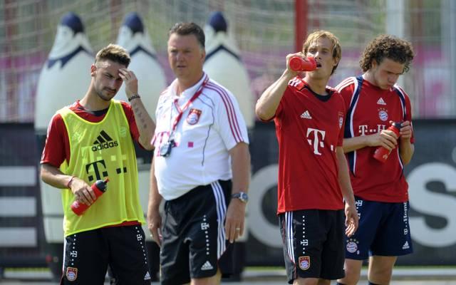 Diego Contento (l.) und Andreas Ottl (3.v.l.) im Training bei Louis van Gaal