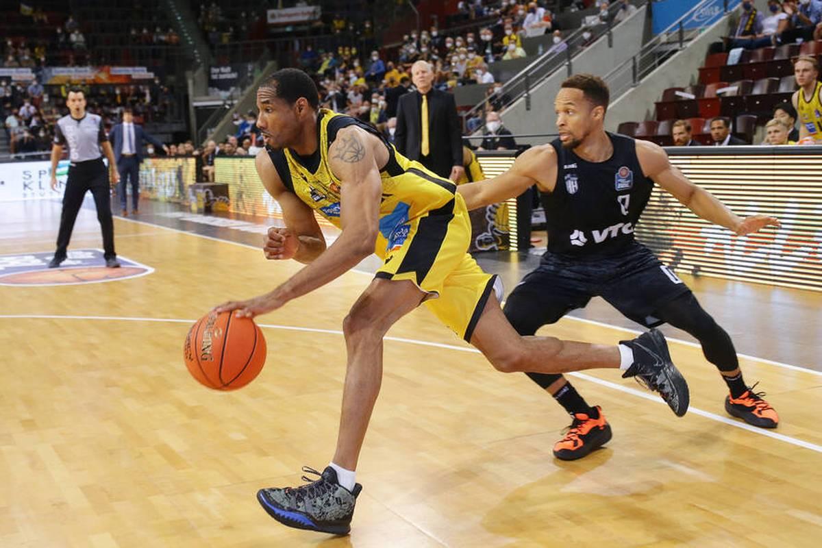 Basketball-Bundesligist MHP Riesen Ludwigsburg ist mit einem knappen Sieg in die neue Saison gestartet.