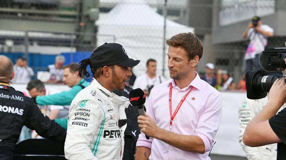 Jenson Button (r.) interviewt Lewis Hamilton für einen TV-Sender