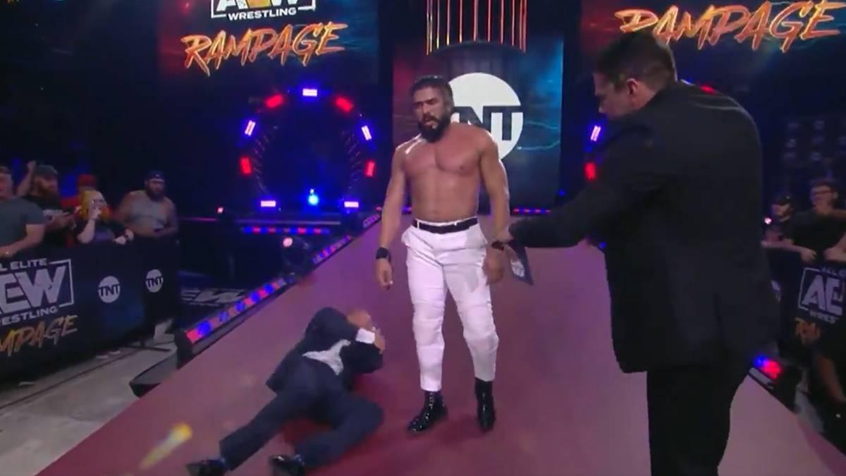 Andrade El Idolo (m.) schlägt seinen Manager Chavo Guerrero bei AEW Rampage nieder