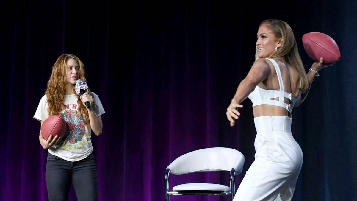Jennifer Lopez (r.) und Shakira zeigen ihre Football-Skills