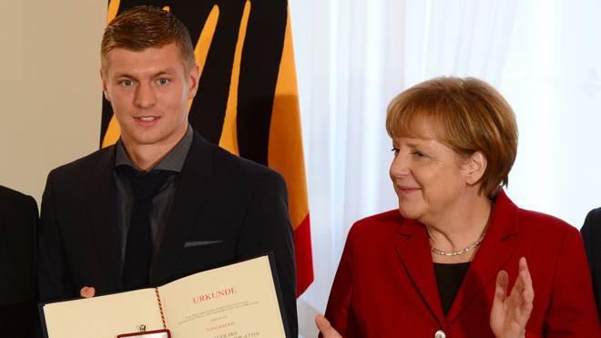 Toni Kroos bekam als Weltmeister 2014 das Silberne Lorbeerblatt von Angela Merkel verliehen