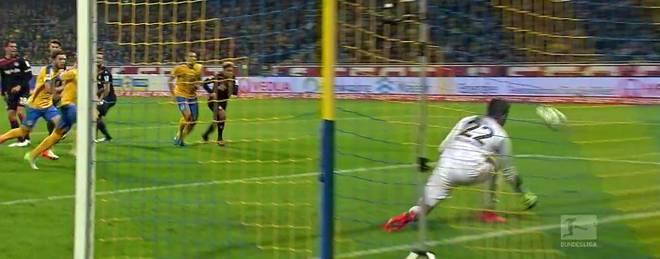 Braunschweigs Omladic überrumpelte mit seinem Freistoß den starken FCK-Schlussmann Pollersbeck