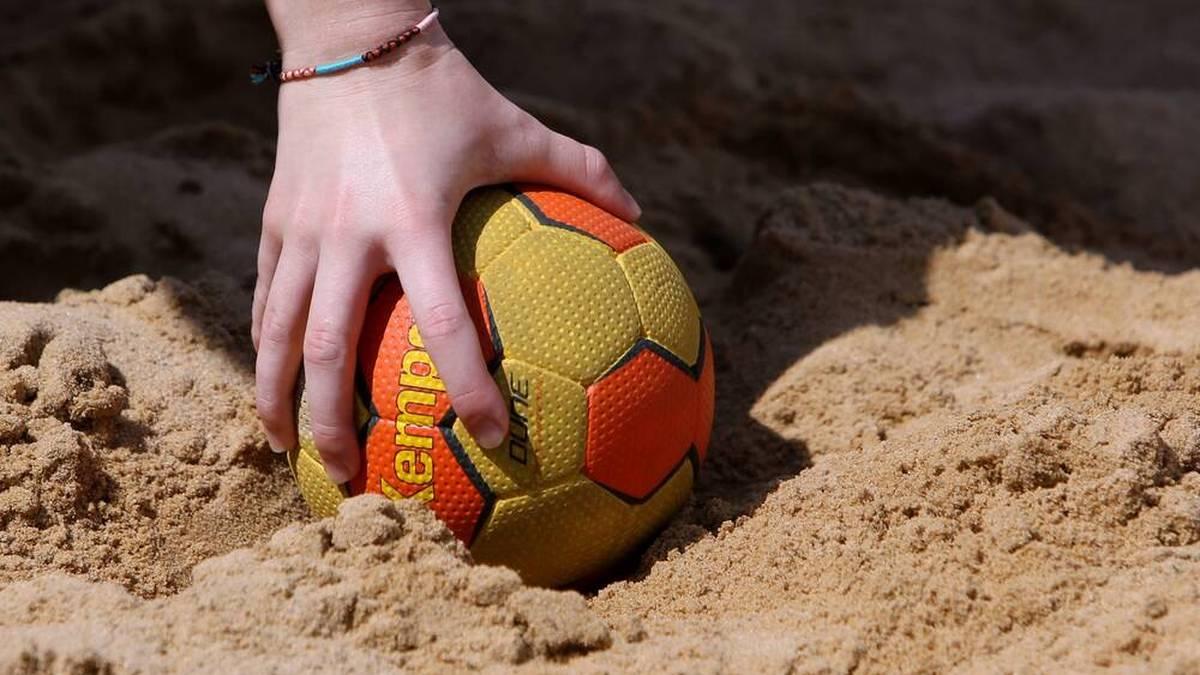 Für die norwegischen Beachhandballerinnen könnte es eine Strafe geben