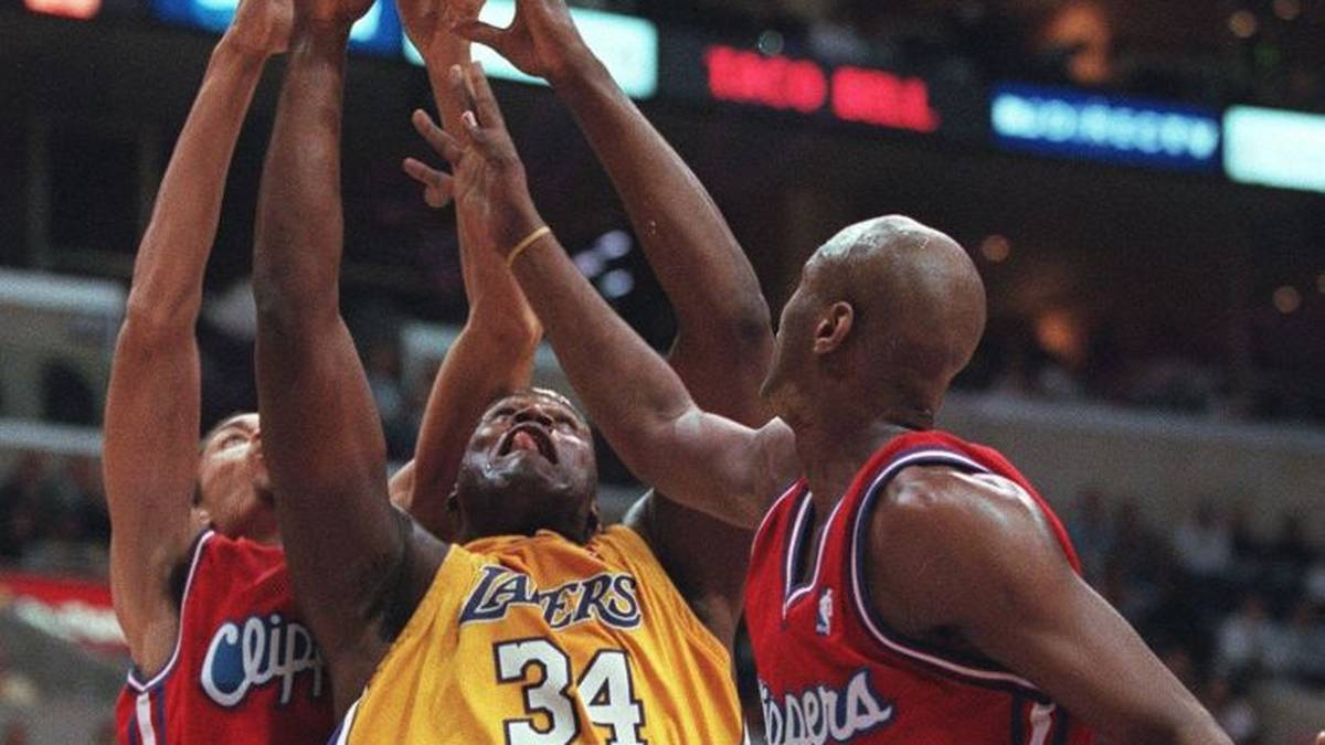 Los Angeles Clippers Keith Closs(L) fights for rebound against Los Angeles Lakers Shaquille O'Neal(C) with help from teammate Clippers Lamar Odom(R) at the Staples Center in Los Angeles, CA 05 January 2000. The Lakers defeated the Clippers, 118-101.       AFP PHOTO Gerard Burkhart (Photo by GERARD BURKHART / AFP) (Photo by GERARD BURKHART/AFP via Getty Images)