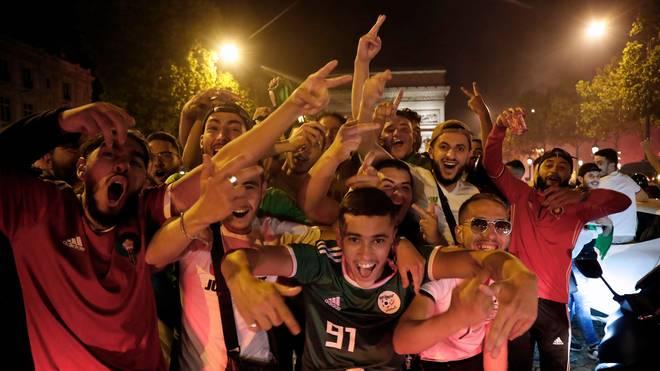 Algerische Fans feiern den Triumph ihres Teams in Paris