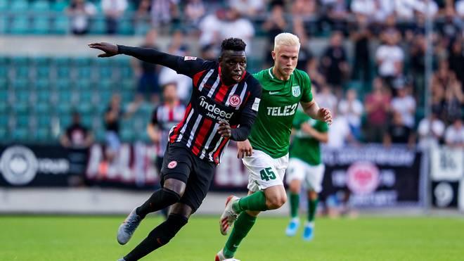 Eintracht Frankfurt (l.:Danny da Costa) gewann das Hinspiel in Tallinn mit 2:1