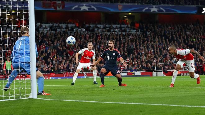 Kopfball von Theo Walcott gegen Manuel Neuer